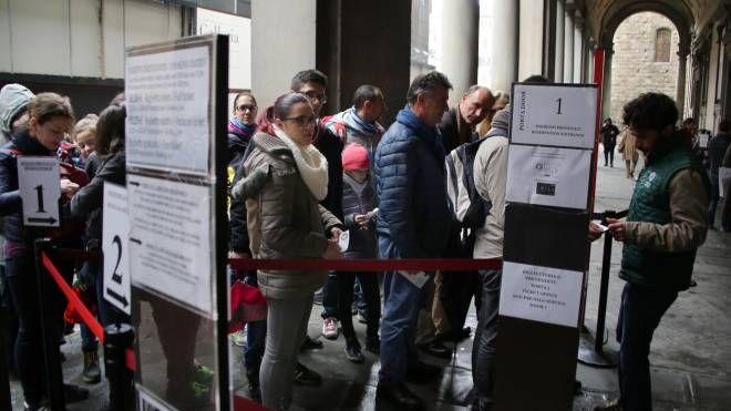 Turisti in coda agli Uffizi (New Press Photo)