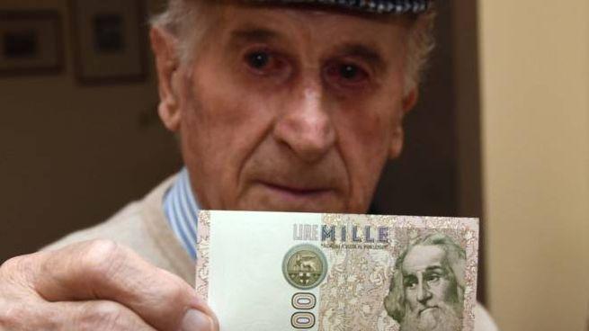 Giuliano Monti con una banconota da mille lire (Foto Fantini)