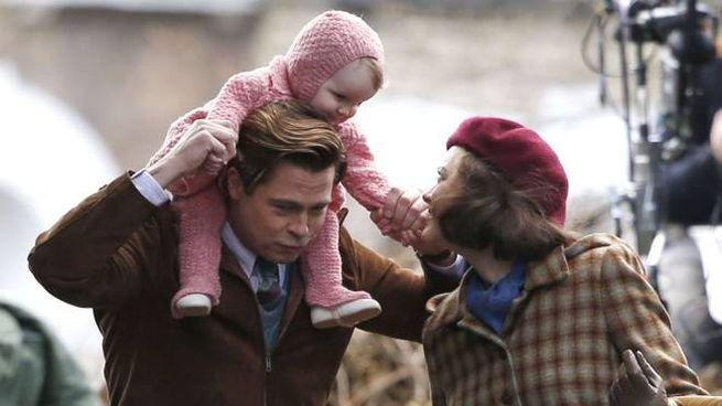 Brad Pitt e Marion Cotillard in una scena di 'Allied' - Olycom