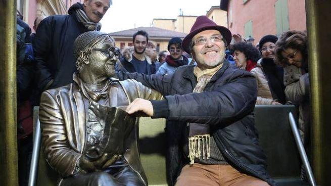 Lucio Dalla, la scultura-panchina e l'autore Carmine Susinni (foto Schicchi)