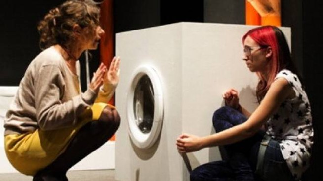 LA SERATA Amanda Sandrelli con l'attrice aretina Elena Ferri in «Tale madre, tale figlia» in scena domani sera al teatro Petrarca