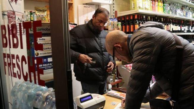 Controlli in un minimarket (foto di repertorio)