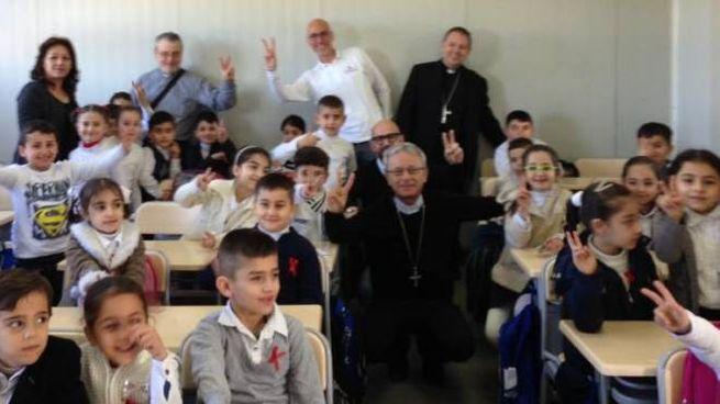 Il vescovo di Carpi Francesco Cavina assieme ai bambini in una scuola di Erbil, nel Kurdistan irachenoIl vescovo di Carpi Francesco Cavina assieme ai bambini in una scuola di Erbil, nel Kurdistan iracheno