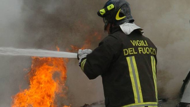 I vigili del fuoco spengono un incendio (Foto di repertorio)