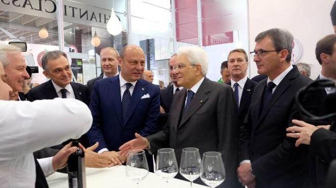 Mattarella con, alla sua destra, il presidente del Consorzio Zingarelli e Enrico Rossi