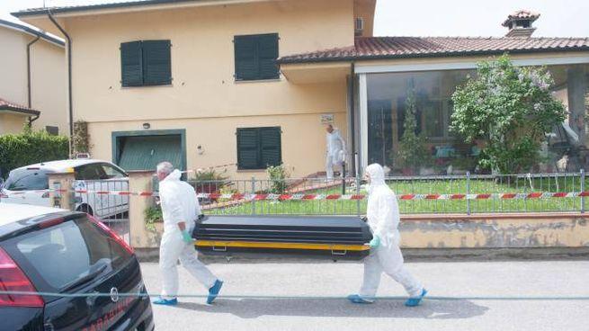 Omicidio di Molinella, la salma di Liliana Bartolini viene portata via (FotoSchicchi)