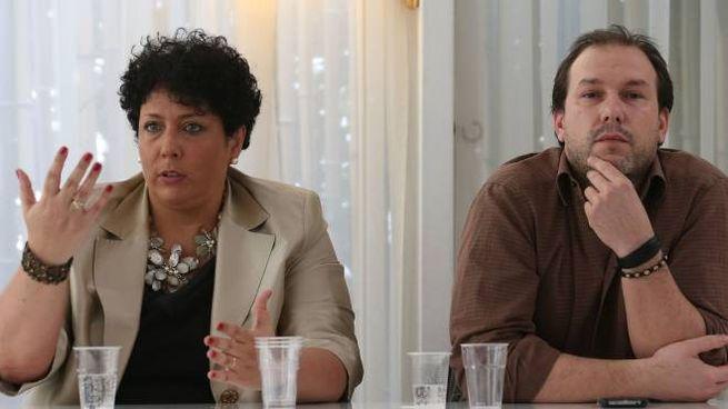 Michela Guerra  durante la presentazione della lista assieme a Pietro Vandini, capogruppo Cinque stelle