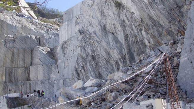 La frana nella cava a Carrara (Foto Delia)