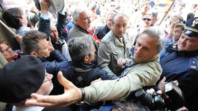 Banche, proteste in piazza