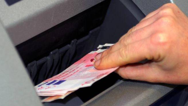 Prelievo di denaro al bancomat (foto di repertorio Ansa)