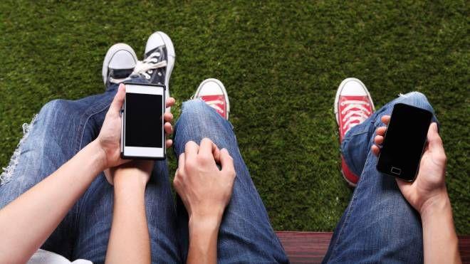 Ragazzi con i telefoni cellulari (Foto di repertorio)