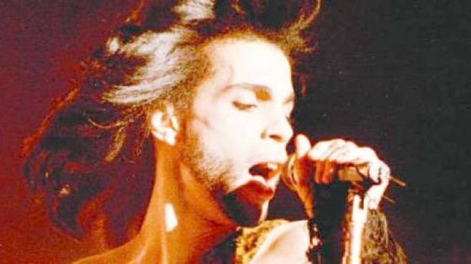 Prince sul palco durante un concerto