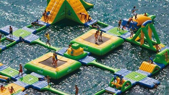 BAGNI E DIVERTIMENTO  Due parchi galleggianti come quelli che i bagnini chiedono di montare a un centinaio di metri dalla riva