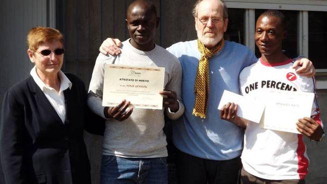 I due profughi premiati dall'Auser Ticino Olona