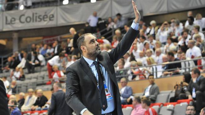 Il coach del Varese Paolo Moretti saluta il pubblico