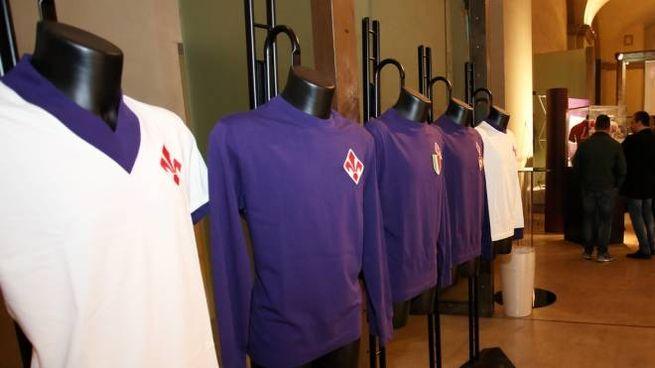 Alcune delle maglie esposte dal Museo Fiorentina (Germogli)