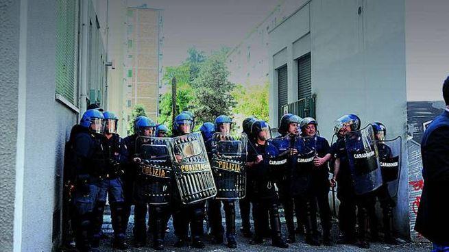 Polizia impegnata in uno sfratto