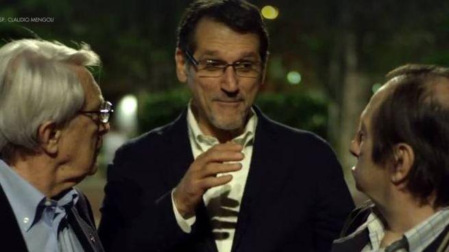 Virginio Merola nel video con gli 'umarells' (Frame dal filmato)