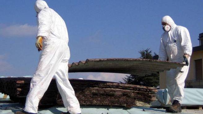 Aulla - Preoccupazione fra gli abitanti della zona Filanda - Ragnaia che vedono i tetti in amianto della vecchia fornace come una minaccia per la loro salute. Nella foto una recente bonifica in centro Aulla