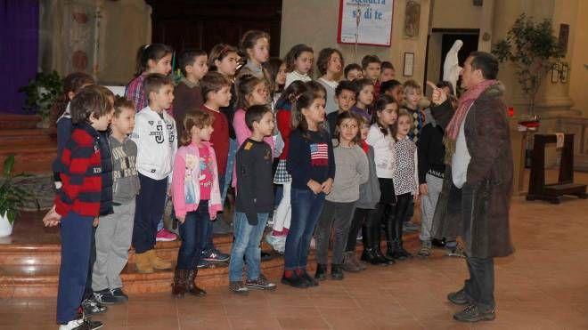 IN CORO Si esibiranno anche i bambini della primaria Spallicci (foto di repertorio)