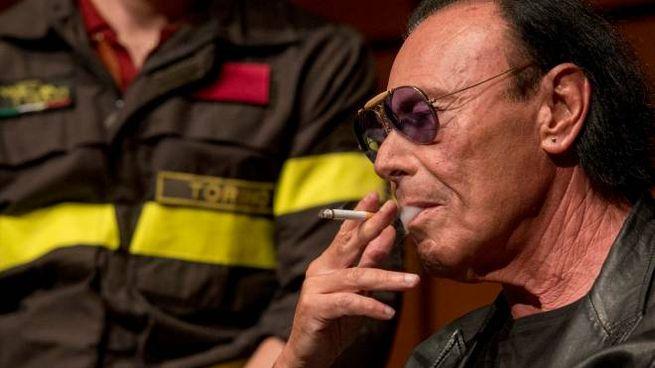 Antonello Venditti fuma una sigaretta al Salone del libro di Torino (Lapresse)