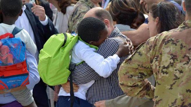 Un bimbo abbraccia il padre adottivo