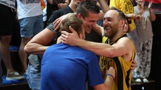 La gioia di Porcellini per la vittoria della Virtus Imola su Ferrara che vale la finale (IsolaPress)