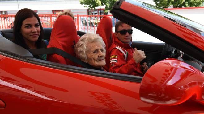 Ida Reggiani fa un giro in Ferrari a 104 anni (foto Fiocchi)
