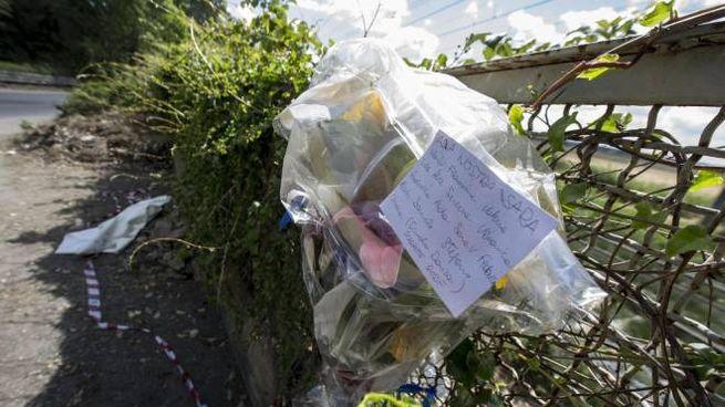 Un biglietto e un mazzo di fiori sul luogo del ritrovamento del corpo di Sara (Ansa)