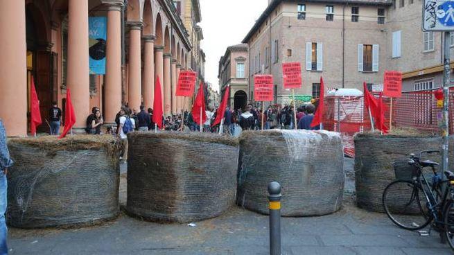 Salvini a Bologna, i centri sociali hanno portato le balle in piazza Verdi (fotoSchicchi)