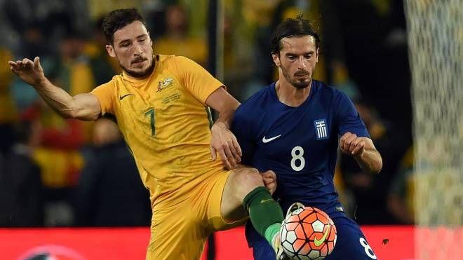 Marios Oikonomou in azione con la magia della Grecia contro l'Australia (Afp)