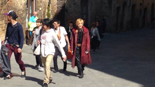 Con il cappotto amaranto la star Yamada Riosuke