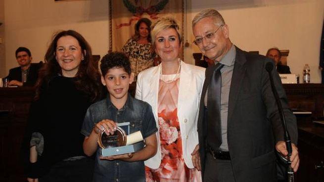 Matteo Trovò con la sua maestra, il vicesindaco Giachi e il presidente della Crusca