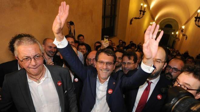 Al centro, Virginio Merola festeggia la vittoria al ballottaggio a Bologna (Schicchi)
