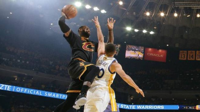 LeBron James sovrasta Steph Curry (NBAE via Getty Images)