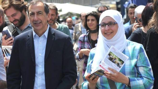 Sumaya Abdel Qader al mercato con Beppe Sala