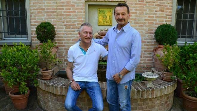 Giovanni Giovannini (in piedi nella foto), noto medico estetico, col compagno Gianluca Zoffoli, architetto