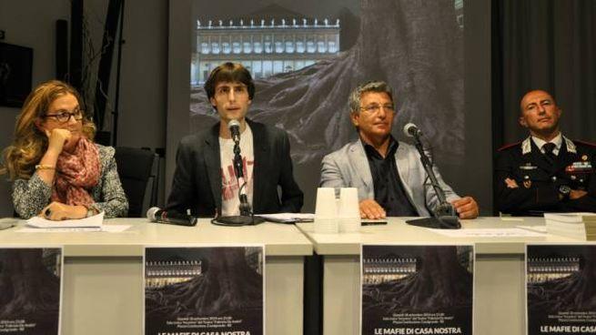 A sinistra il questore Isabella Fusiello, Elia Minari, il presidente del Tribunale Francesco Caruso e il comandante provinciale dei carabinieri Paolo Zito