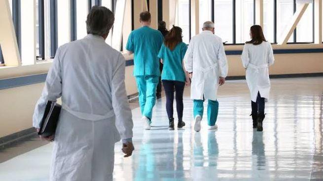 I medici dovranno lasciare entro l'anno