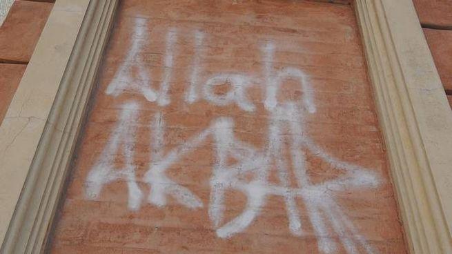 La scritta sulla statua di San Petronio sotto le Due Torri