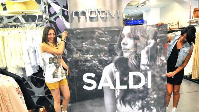 4249ed54f8d6c Saldi estivi  via allo shopping (Newpress)