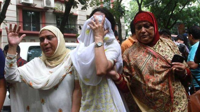 La disperazioni dei parenti dell'attentato a Dacca (Ansa)