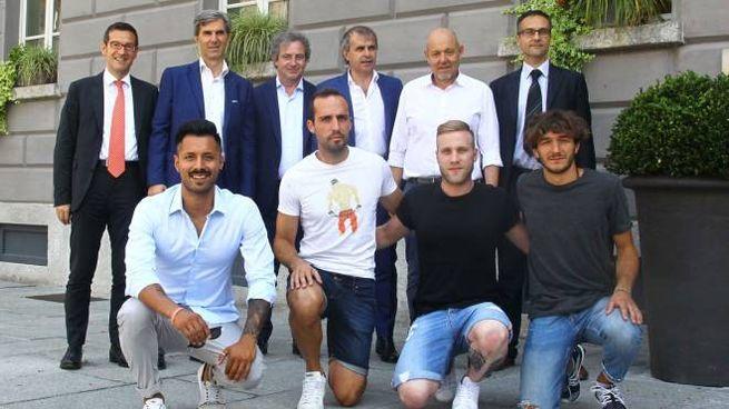 Terzo da destra in piedi, il presidente del Sondrio Oriano Mostacchi  con i dirigenti  e i nuovi giocatori (National Press)