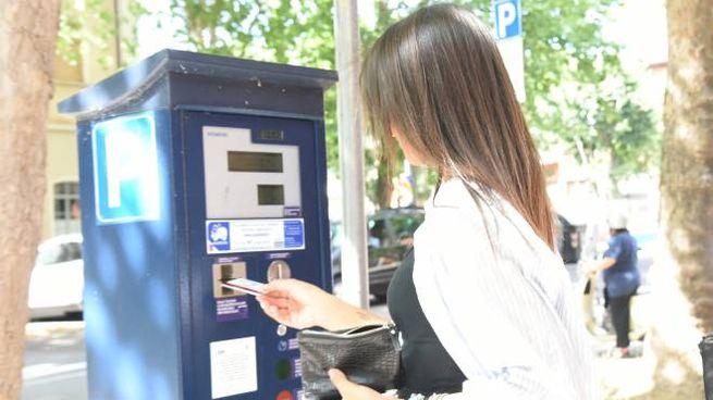 Una torretta per il pagamento. A Modena non sono dotati di Pos per il bancomat (Fiocchi)