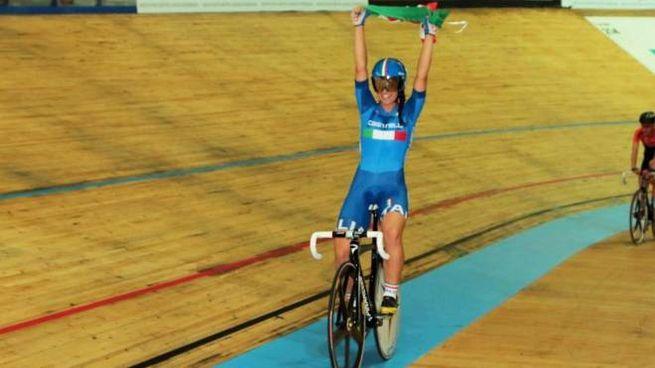 Rachele Barbieri nel giro d'onore sul velodromo di Montichiari (Elofoto)