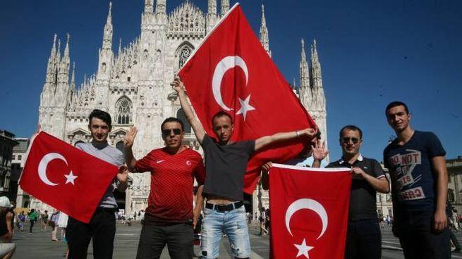 Turchi sventolano bandiere con la stella e mezzaluna davanti al Duomo