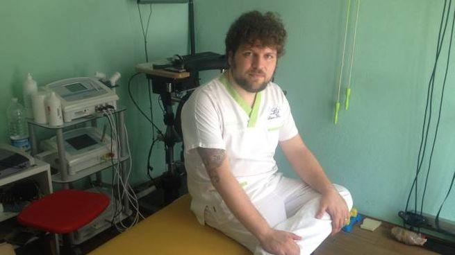 Il dottor Longo nel suo ambulatorio