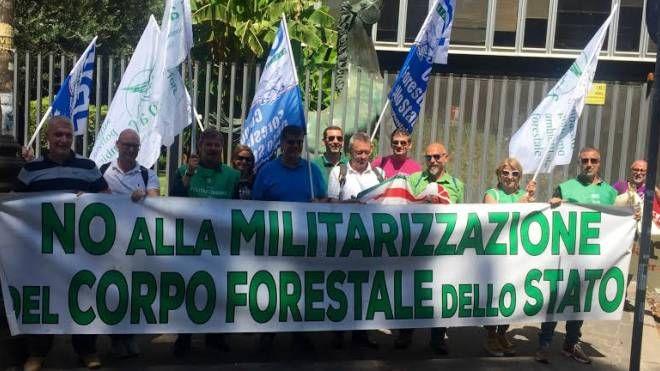 La protesta della Forestale davanti alla Rai