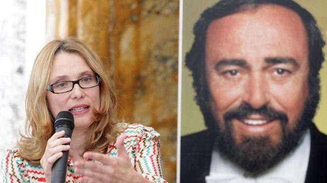 Nicoletta Mantovani accanto a una foto di Luciano Pavarotti (Ansa)