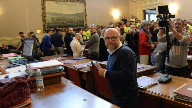 Livorno, il sindaco Nogarin in Consiglio comunale (Ansa)